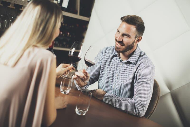 英俊的年轻夫妇在日期在酒吧 免版税库存图片