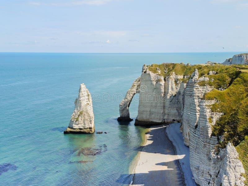 英吉利海峡海岸看法与岩石的 免版税库存照片
