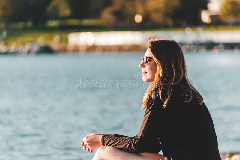 英吉利湾海滩的女孩在温哥华,BC,加拿大 免版税库存图片