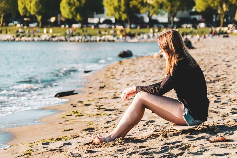 英吉利湾海滩的女孩在温哥华,BC,加拿大 免版税库存照片