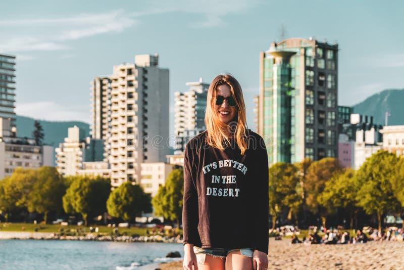英吉利湾海滩的女孩在温哥华,BC,加拿大 免版税图库摄影