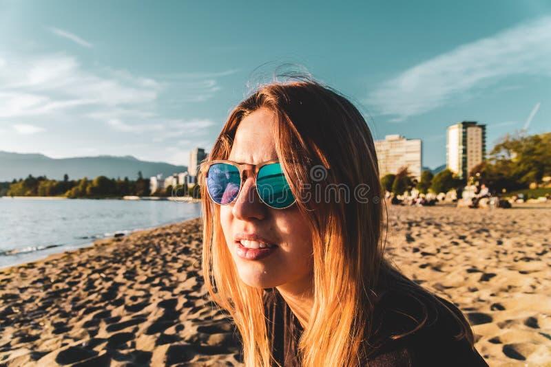 英吉利湾海滩的女孩在温哥华,BC,加拿大 库存照片