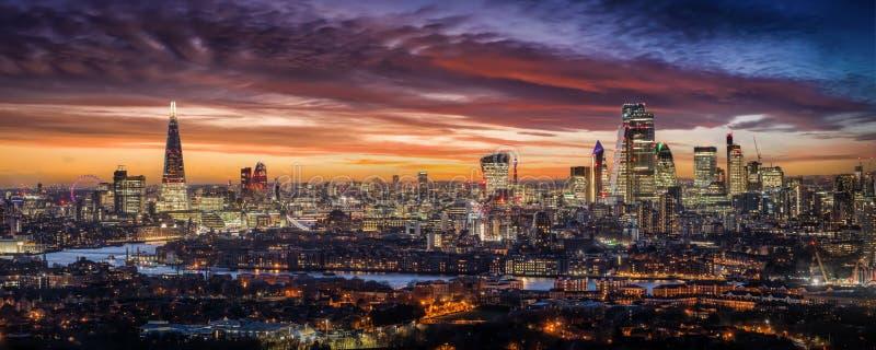 英国伦敦的天际线,在夕阳中 库存照片