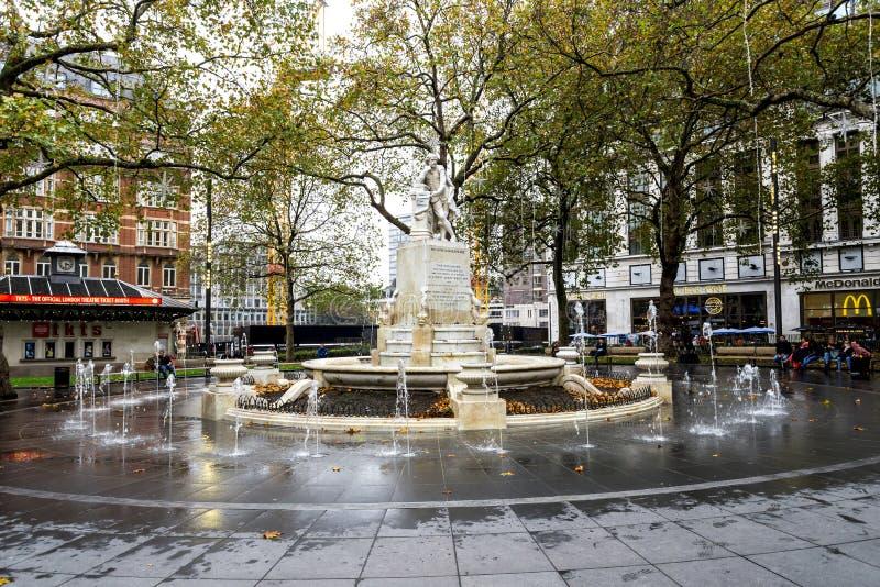 英国伦敦莱斯特广场上威廉·莎士比亚和小喷泉的塑像 库存照片