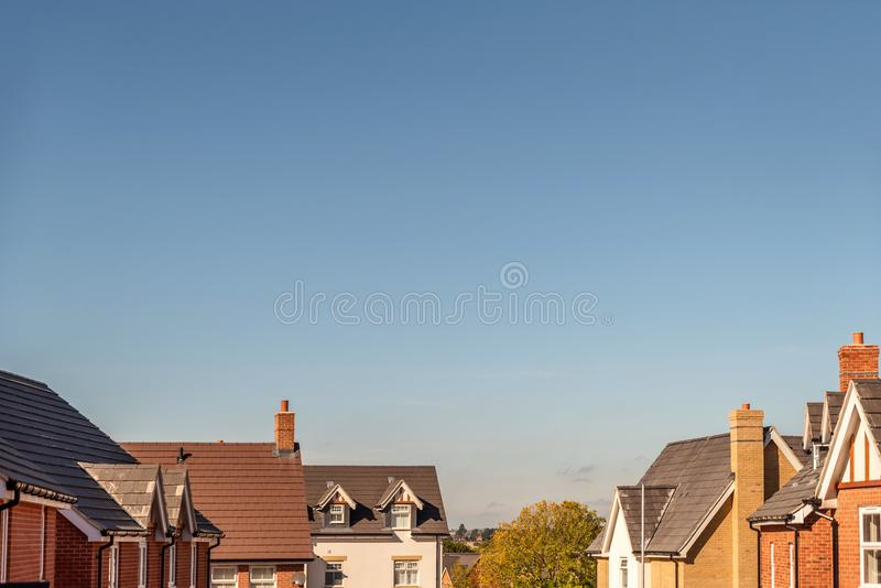 英国住房开发屋顶上面宽看法  免版税图库摄影