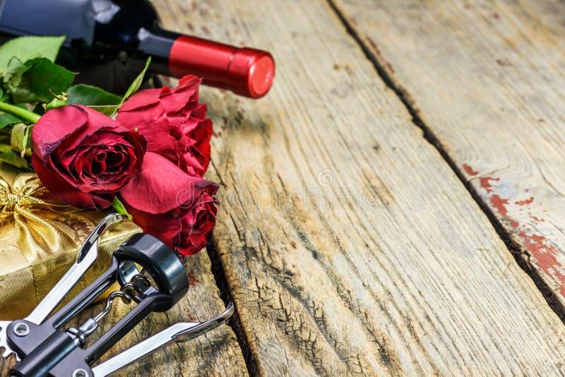 英国兰开斯特家族族徽、一个瓶酒,拔塞螺旋和礼物 红色上升了 免版税库存图片