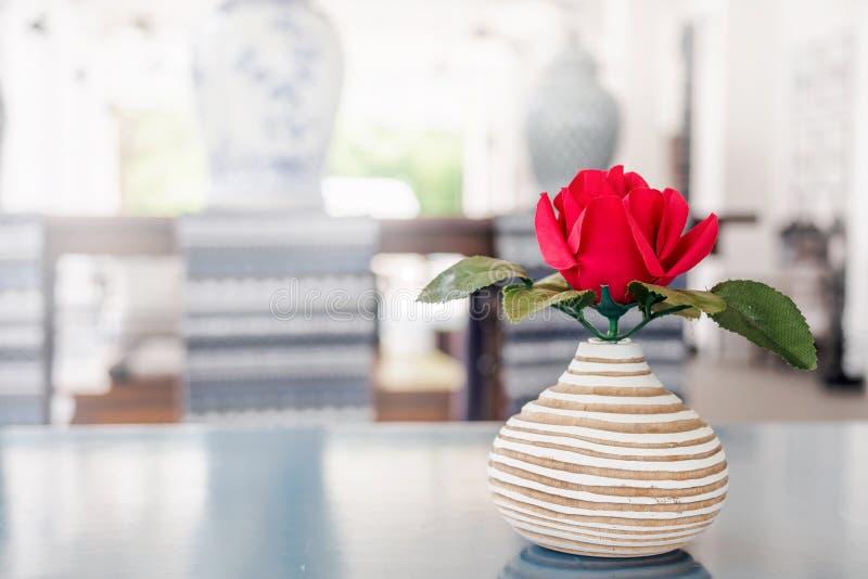 英国兰开斯特家族族徽做了在赤土陶器花瓶的布料 免版税图库摄影