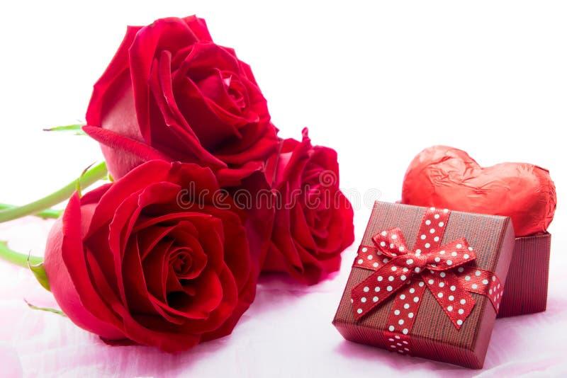 英国兰开斯特家族族徽和巧克力心脏形状礼物 免版税库存照片