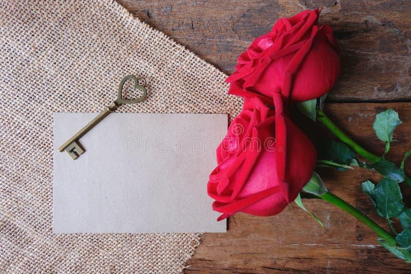 英国兰开斯特家族族徽和葡萄酒心形钥匙在木地板上Valentine&的x27;s概念 文本的纸笔记 免版税库存图片