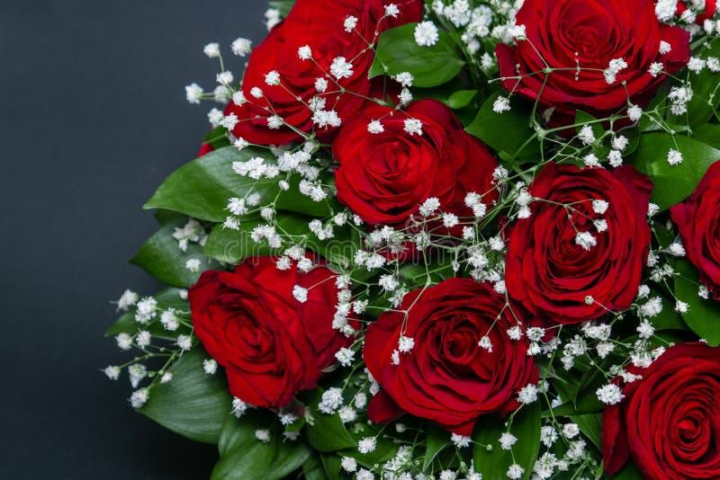 英国兰开斯特家族族徽花束与白色装饰花的在黑背景 免版税库存图片