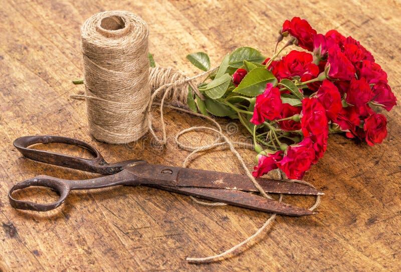 英国兰开斯特家族族徽麻线花束,球和在Wo的老生锈的剪刀 库存照片
