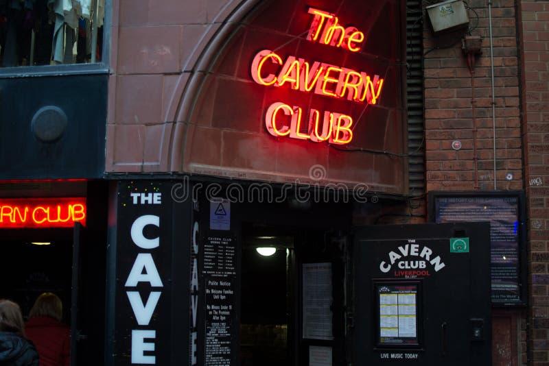 """英国利物浦;10/15/2018:""""披头士""""的酒吧 — 洞穴俱乐部的入口,霓虹红灯 库存图片"""