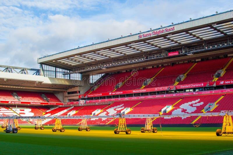 英国利物浦;10/15/2018:利物浦F城安菲尔德的肯尼·达格利什爵士的空红台阶或露台 库存照片