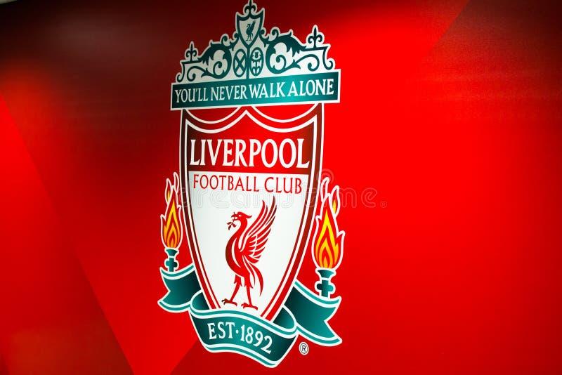 英国利物浦;10/15/2018:安菲尔德体育场内红色背景的利物浦足球俱乐部徽章或徽章 库存照片