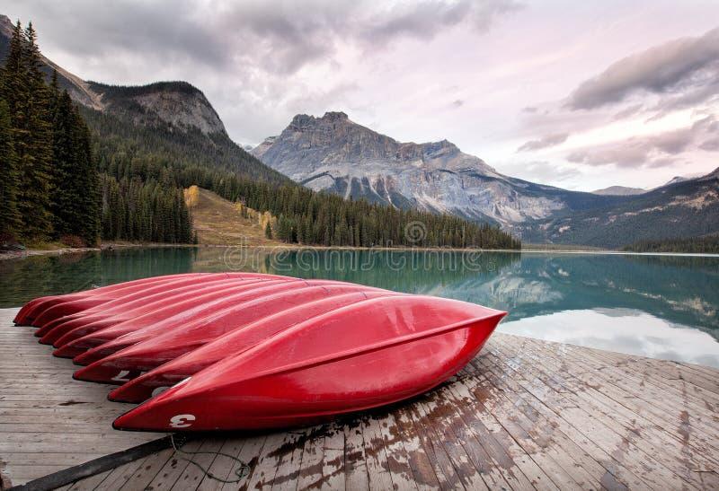 英国加拿大哥伦比亚鲜绿色湖找出国家公园yoho 免版税图库摄影