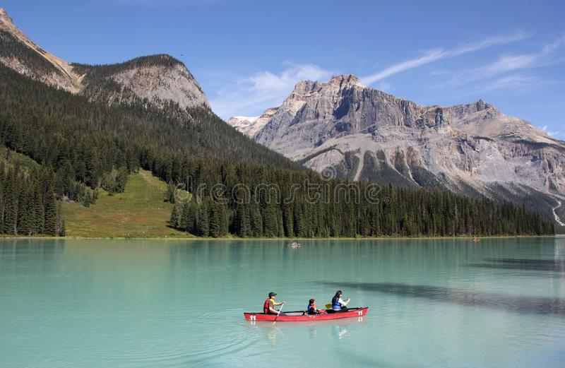 Download 英国加拿大哥伦比亚鲜绿色湖找出国家公园yoho 编辑类库存照片. 图片 包括有 森林, 岩石, 蓝色, 独木舟 - 59107288