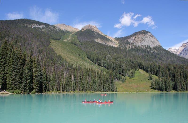 Download 英国加拿大哥伦比亚鲜绿色湖找出国家公园yoho 编辑类照片. 图片 包括有 蓝色, 结构树, 人们, 云彩 - 59107336