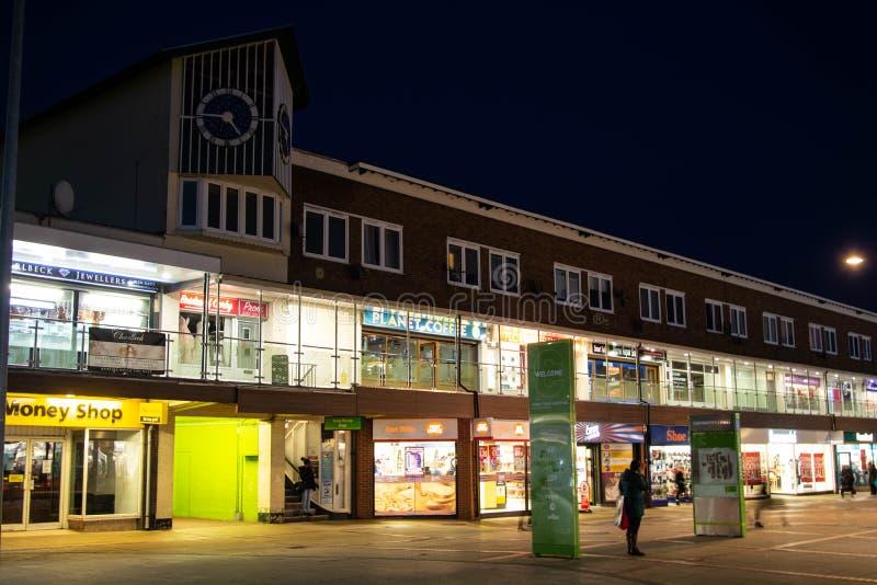 英国北安普顿郡拉什登–2019年11月15日 — Corby购物中心夜景 北安普敦镇中心 库存照片