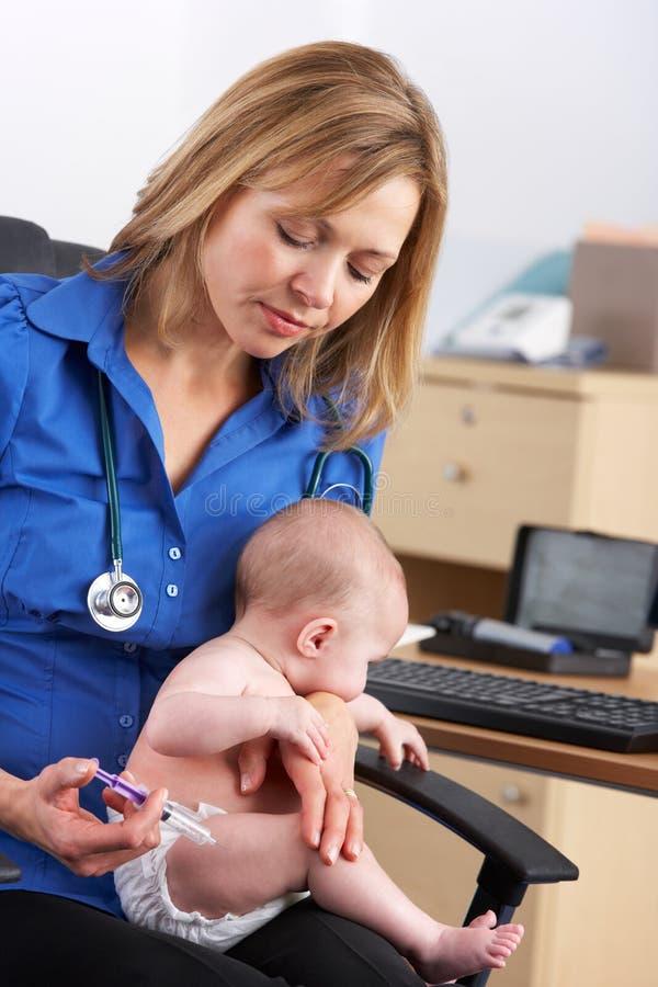 英国医生接种的婴孩 免版税库存图片