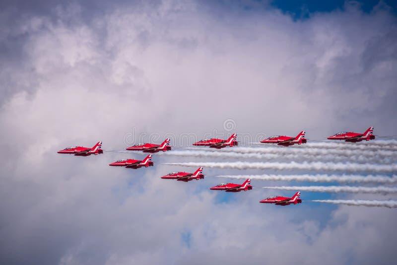 英国宇宙空间红色箭头特技飞行鹰T1在Airshow合作 免版税库存照片