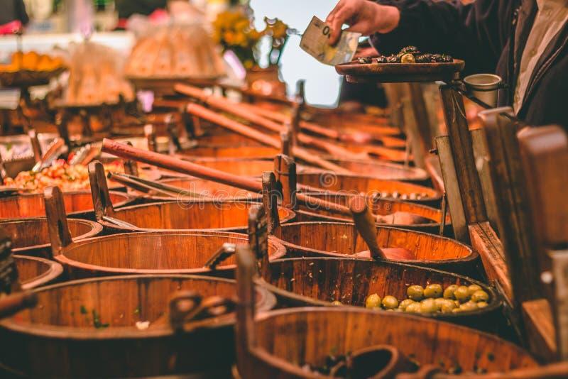 英国市场,一个市政食物市场在黄柏,城市的著名旅游胜地的中心:土气橄榄立场 库存照片