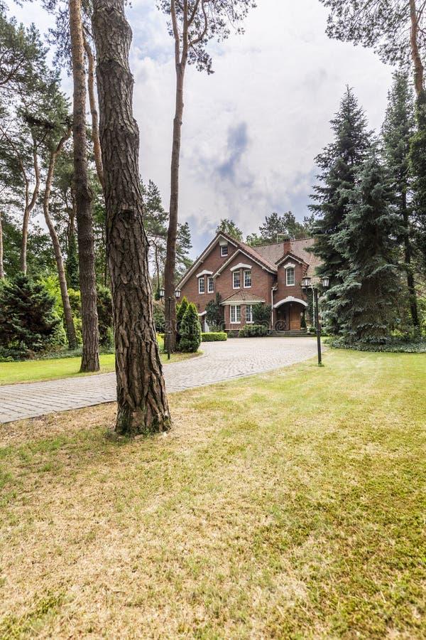英国样式房子在从一个前院看的背景中  库存照片