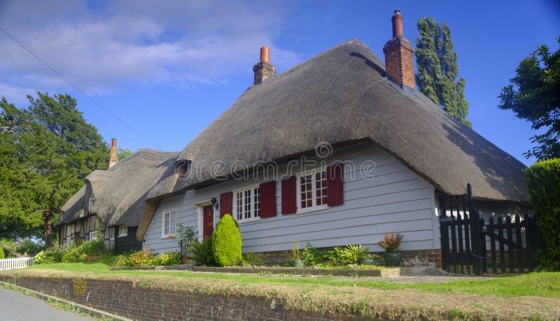 英国汉普郡法勒姆附近风景如画的南威克村的乡村小屋 免版税库存照片