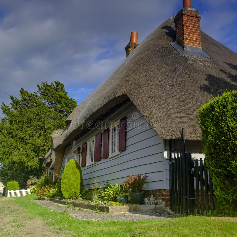 英国汉普郡法勒姆附近风景如画的南威克村的乡村小屋 库存照片