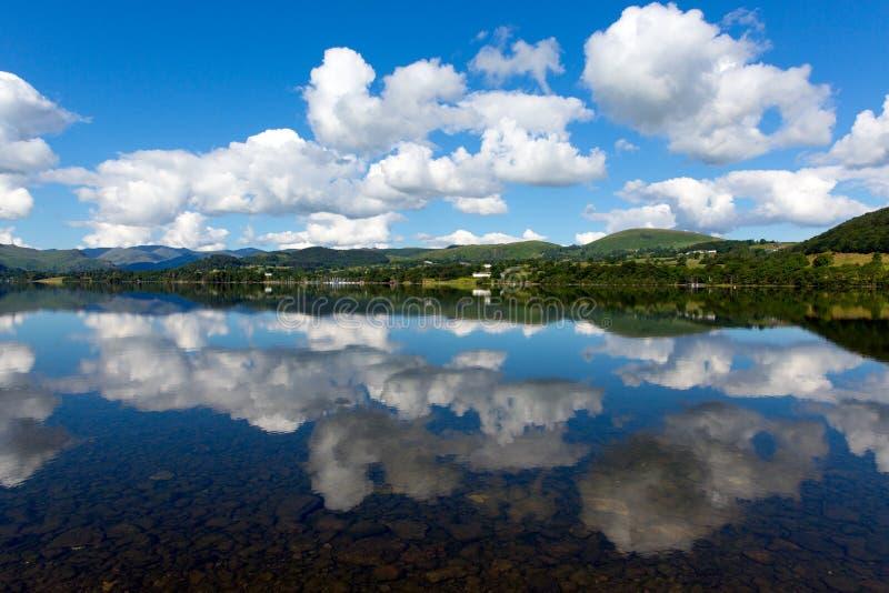 英国湖区阿尔斯沃特湖Cumbria英国与山和蓝天反射夏天 库存图片