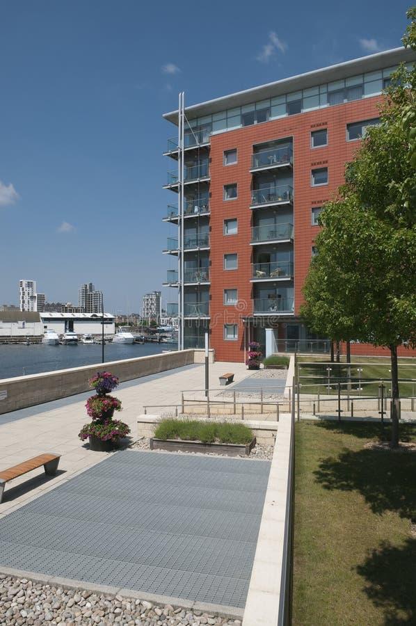 英国现代江边的公寓 免版税库存照片