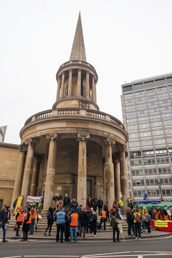 英国的反政府抗议者在伦敦现在打破/大选投票示范 库存图片