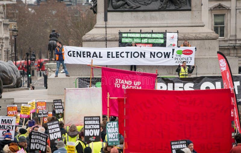 英国的反政府抗议者在伦敦现在打破/大选投票示范 库存照片
