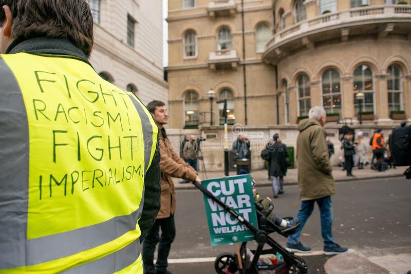 英国的黄色背心抗议者在伦敦现在打破/大选投票示范 图库摄影