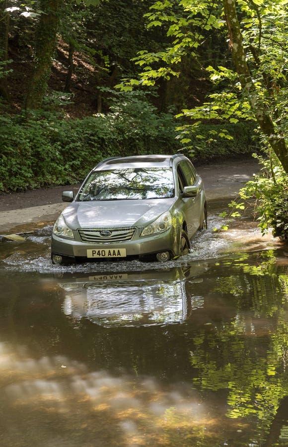 英国科茨沃尔德地区一辆福特汽车 免版税库存图片
