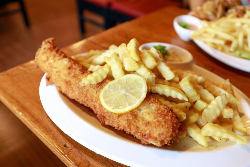 英国筹码鱼快餐桌传统木 免版税库存照片