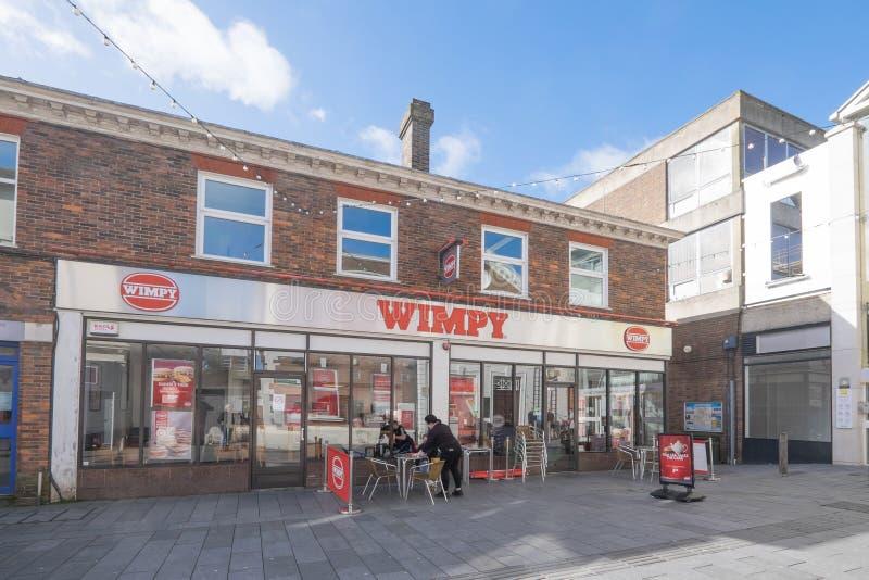 英国肯特阿什福德 — 2020年3月9日:塔夫顿街的威皮汉堡和快餐店 库存图片