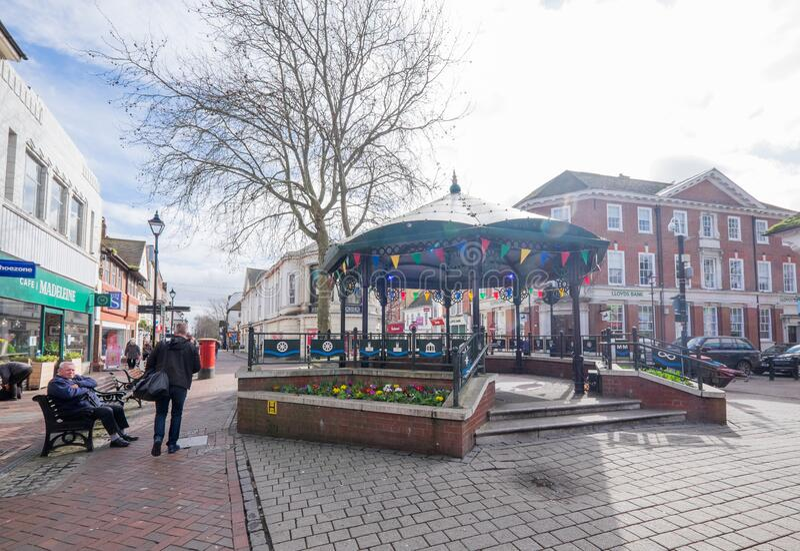 英国肯特阿什福德 — 2020年3月9日:春天市中心步行区高街圆塔 免版税库存图片