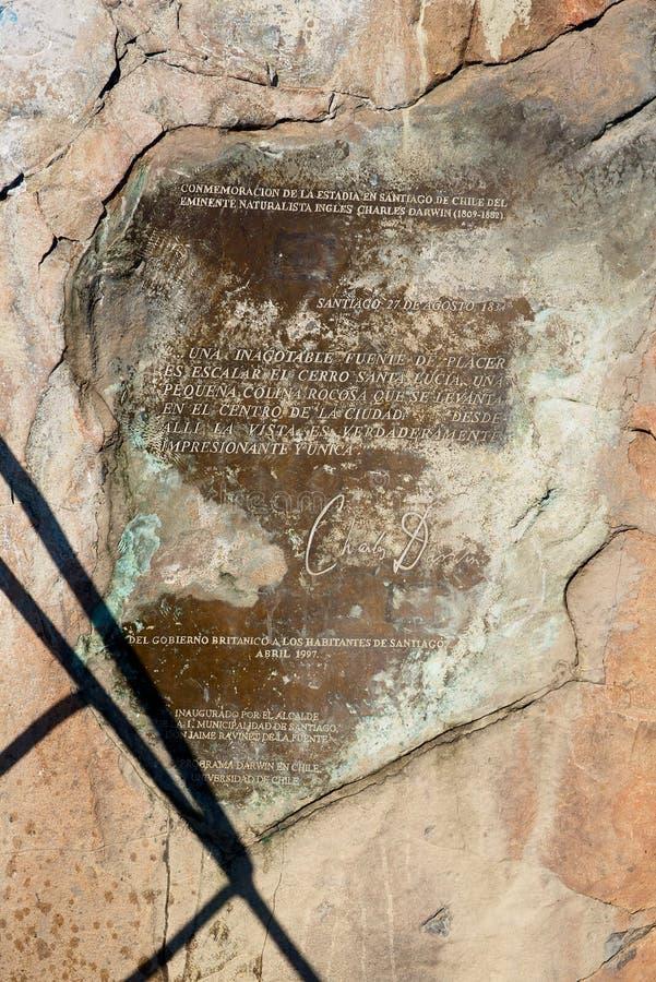 英国自然学家查尔斯·达尔文访问智利圣地亚哥圣卢西亚山堡的纪念碑 免版税库存照片