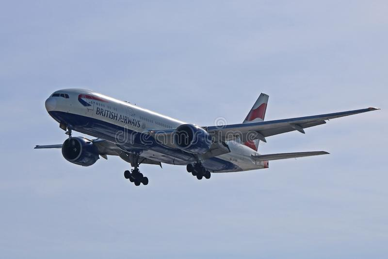 英国航空在最后渐近的波音777-200ER 免版税库存图片