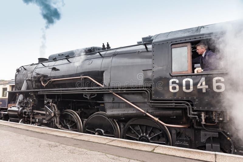 英国蒸汽火车拉扯入在Nene谷铁路的驻地platofrm 免版税库存图片