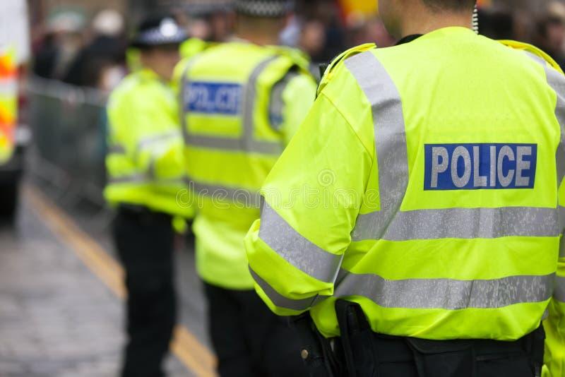 英国警方在一场活动中控制人群 免版税图库摄影