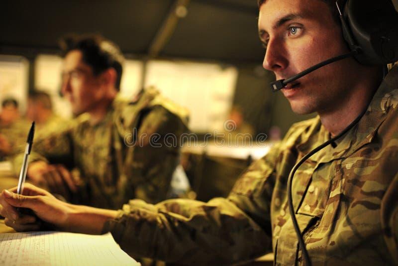 英国陆军通信操作员在一个遥远的指挥中心 免版税库存图片