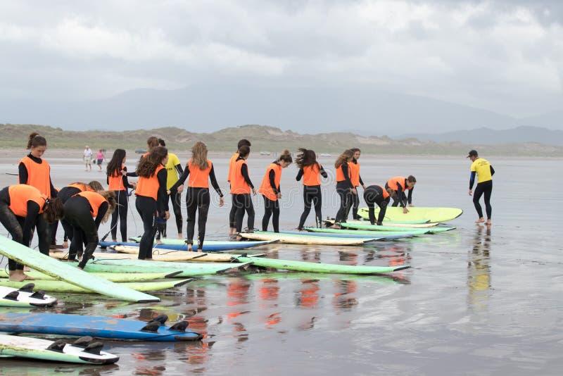 英寸子线海滩的海浪学校 图库摄影