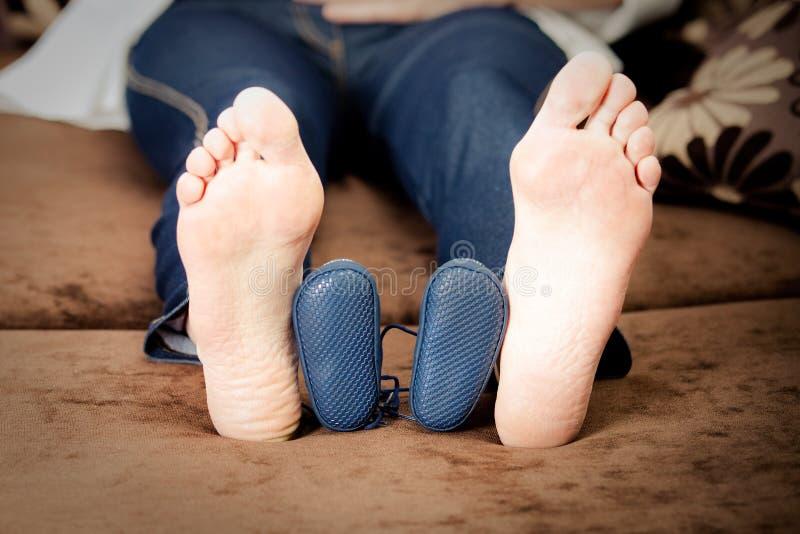 英尺怀孕的鞋子smal妇女 免版税图库摄影