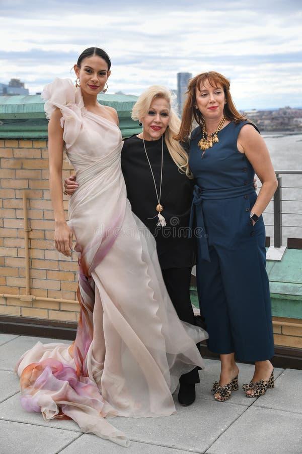 英尼斯Di桑托,摆在英尼斯Di桑托Spring 2020新娘时尚介绍时的Veronica Di桑托和模型 免版税库存照片