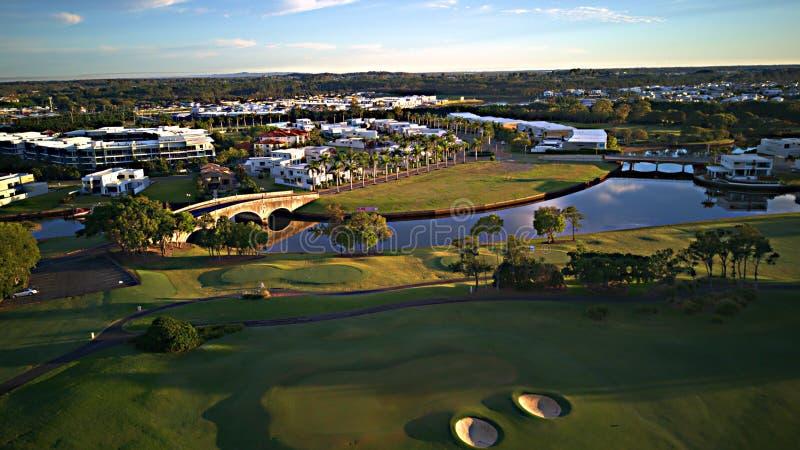 英属黄金海岸希望海岛高尔夫球场和水前面庄园 库存图片