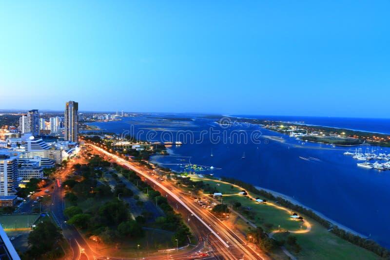 英属黄金海岸海滩、海景和海岸线美好的鸟瞰图从高层建筑物夺取了 库存图片