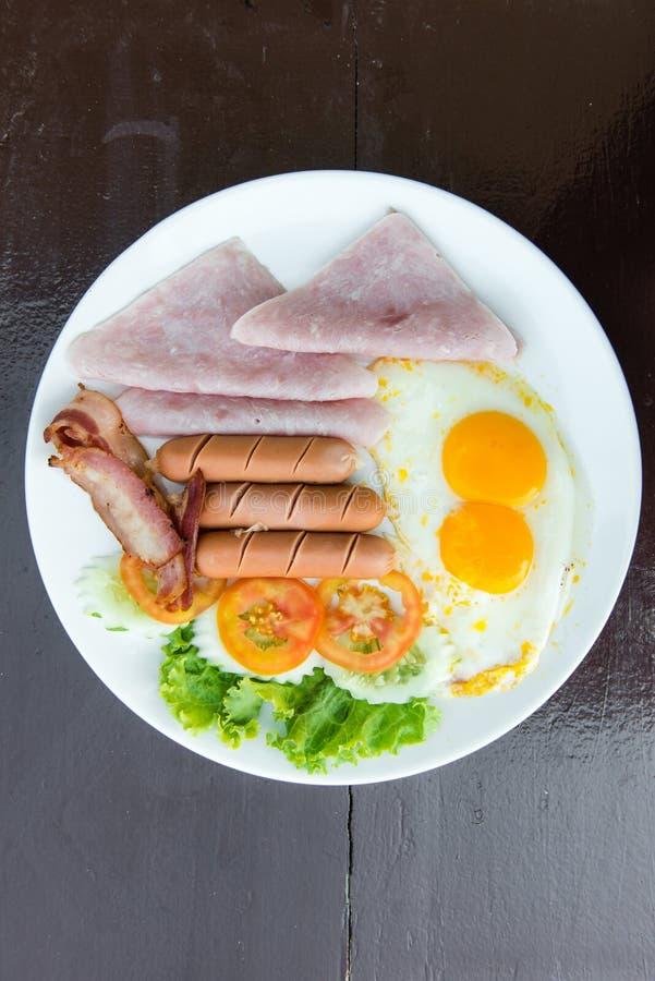 英式早餐全套用鸡蛋、烽火台和火腿 免版税库存照片