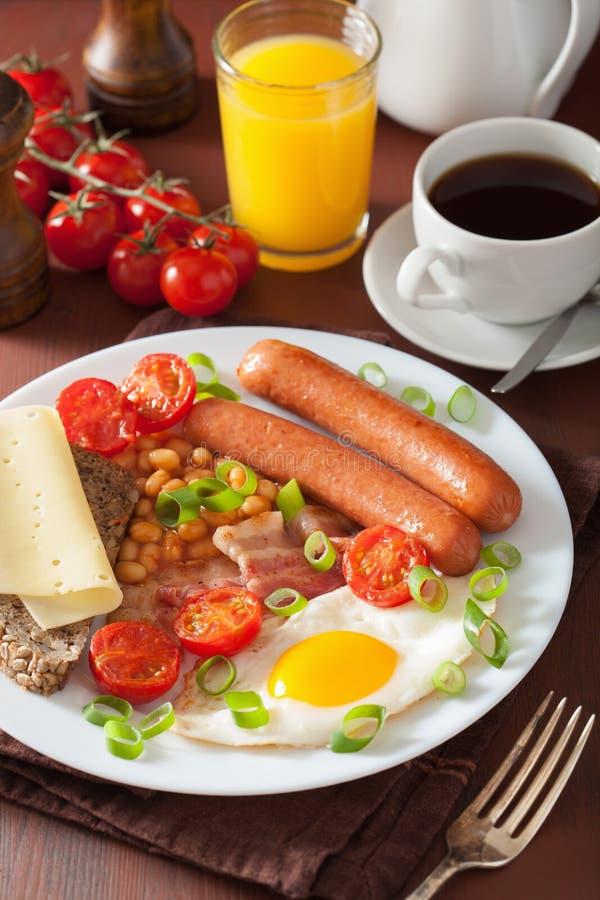 英式早餐用煎蛋香肠烟肉蕃茄豆 库存图片