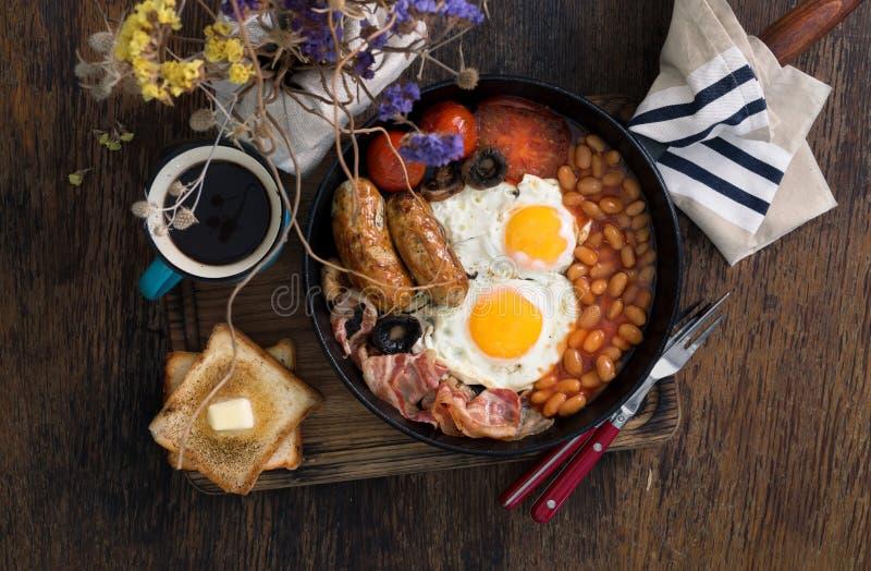 英式早餐用香肠,烟肉,煎蛋,豆,多士 库存照片